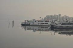 See (lago) Maggiore-Passagierfähren an einem nebeligen Tag Stockfoto