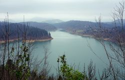 See Lokve in Kroatien an einem bewölkten Herbsttag stockfotos
