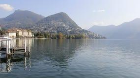 See Lugano und Stadt-Ansicht lizenzfreies stockbild