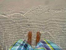 See McKinzie-Füße im haarscharfen Wasser Stockbild