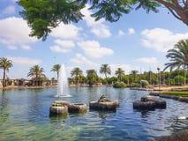 See mit Brunnen und Krokodil im Park lizenzfreie stockbilder
