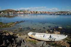 See mit einem Boot ein kleines Dorf auf der anderen Seite lizenzfreies stockbild