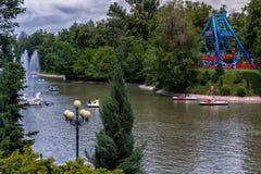 See mit einem Brunnen im Stadtpark lizenzfreie stockbilder