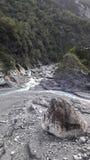 See mit einem Felsen in der Mitte Lizenzfreie Stockfotografie