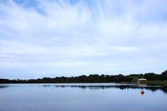 See mit einem kleinen Haus stockfotografie