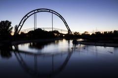 See mit einer Brücke auf einer Sommernacht Stockfotografie