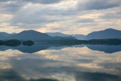 See mit einer Reflexion der Wolken Stockbilder