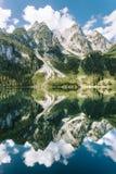 See mit einer schönen Gebirgsreflexion Stockbild