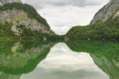 See mit einer schönen Waldreflexion Stockbild