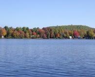 See mit Herbstlaub lizenzfreie stockfotos