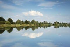 See mit schönen Reflexionen im Wasser Lizenzfreie Stockfotografie