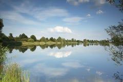See mit schönen Reflexionen im Wasser Stockfotografie
