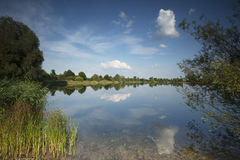 See mit schönen Reflexionen im Wasser Stockbilder