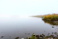 See mit Smog am Morgen stockfoto