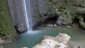 See mit Wasserfall Lizenzfreie Stockfotos