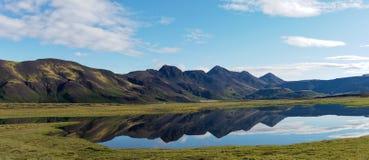 See mit widergespiegeltem Berg-Island-Panorama stockfoto