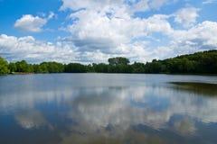 See mit Wolkenreflexionen Stockfoto