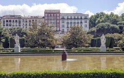 See mit zwei Skulpturen Stockbild