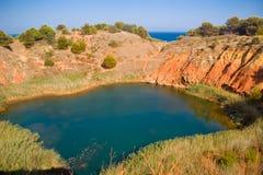 See nahe einem Steinbruch des Bauxits, Italien Stockfoto