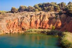 See nahe einem Steinbruch des Bauxits, Italien Lizenzfreies Stockfoto