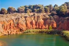 See nahe einem Steinbruch des Bauxits, Italien Stockbild