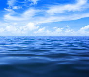 See- oder Ozeanwasser mit blauem Himmel und Wolken Stockbilder