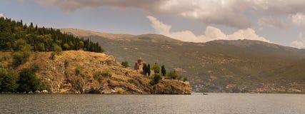 See Ohrid mit der Ansicht der Kirche von Johannes Stockbild