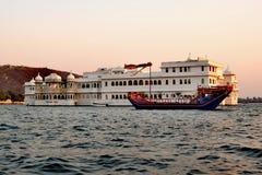 See-Palast Rajput Artpalast, der mitten in See Pichola, Udaipur, Rajasthan, Indien schwimmt lizenzfreie stockfotos