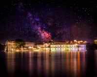 See-Palast Rajput Artpalast, der mitten in See Pichola, Udaipur, Rajasthan, Indien schwimmt lizenzfreie stockfotografie
