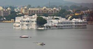 See-Palast Rajput Artpalast, der mitten in See Pichola, Udaipur, Rajasthan, Indien schwimmt Lizenzfreies Stockbild