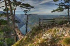See Perucac-Ansicht oben vom Standpunkt Banjska Stena, Berg Tara, West-Serbien Lizenzfreies Stockfoto