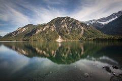 See Plansee in Österreich mit Panorama der Alpen Lizenzfreie Stockfotos