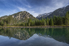 See Plansee in Österreich mit Panorama der Alpen Stockbilder