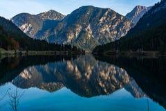 See Plansee in den Alpen von Österreich an einem Herbsttag stockbilder