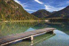 See Plansee mit Pier in Österreich während des Herbstes Stockbild