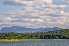 See Rabisha auf dem Hintergrund von Balkan-Bergen, Bulgarien Lizenzfreie Stockfotos