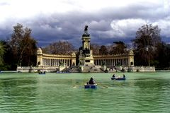 See in Retiro-Park, Statue von Alfonso XII, Stockfoto