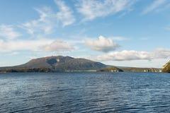 See Rotomahana mit Berg Tarawera, Neuseeland stockbild