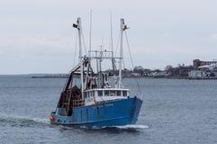 See-Rovers Clammer neuer schlagender Sturm zurück zu Hafen lizenzfreie stockfotos