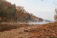 See Santeetlah mit Nebel und Niederlassungen im Fall Lizenzfreies Stockfoto