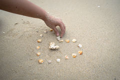 See-Shell-Herz auf Sandhintergrund Lizenzfreies Stockfoto