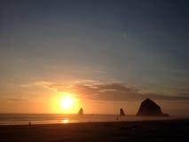 See-Stapel der Kanone setzen, Nord-Oregon-Küstenlinie auf den Strand Lizenzfreies Stockfoto