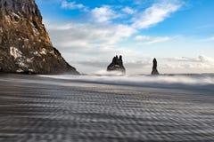 See-Stapel und Basalt-Klippen zum Osten des Reynisfjara-Schwarz-Sand-Strandes, nahe Vik in Süd-Island stockbild