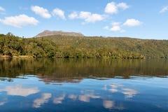 See Tarawera mit Berg Tarawera in Neuseeland stockfotografie