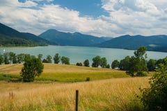 See Tegernsee nahe der Stadt Gmund Lizenzfreie Stockfotografie