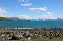 See Tekapo zu den Bergen mit Schnee auf Spitzen NZ Lizenzfreies Stockfoto