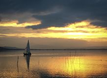 See Trasimeno-Yacht bei Sonnenuntergang Lizenzfreies Stockbild