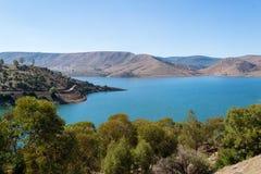 See umgeben durch Bäume und Hügel Lizenzfreie Stockfotos
