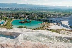 See umgeben vom Travertin, Pamukkale lizenzfreie stockbilder
