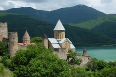 See und alte Kirche, Georgia lizenzfreie stockbilder